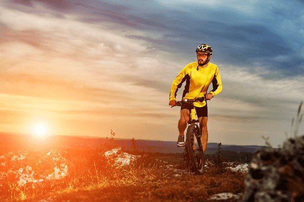 גבר עם משקפיים רוכב על אופניים בשטח