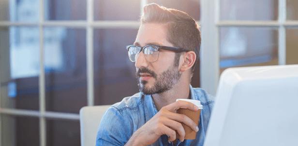 גבר עם משקפיים ולפטופ במשרד